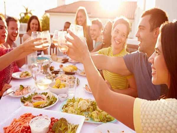 Mơ thấy ăn tiệc mang đến ý nghĩa gì – Con số may mắn trong giấc mơ